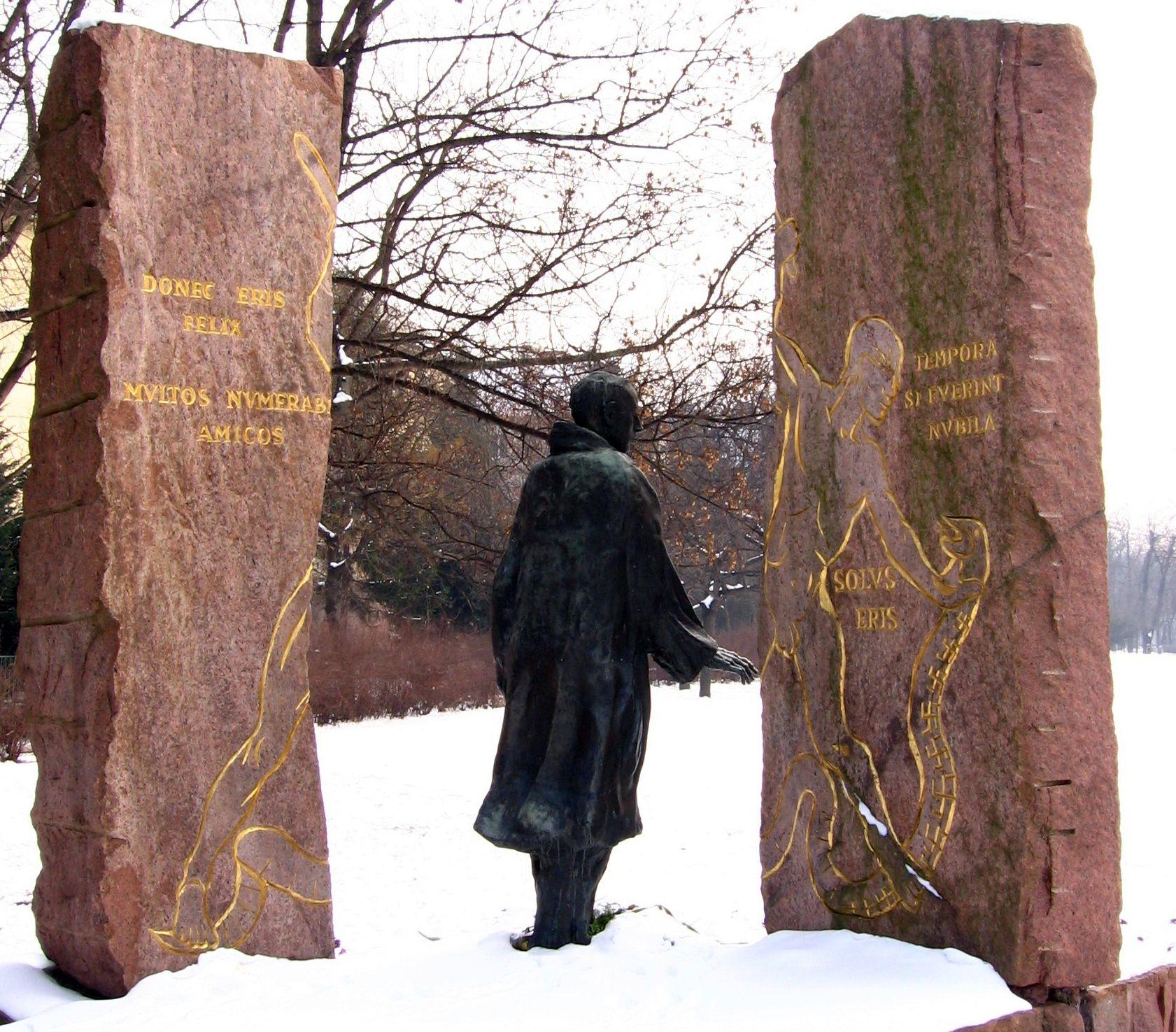 Raoul Wallenberg szobra a Szilágyi Erzsébet fasorban. Varga Imre, 1987.